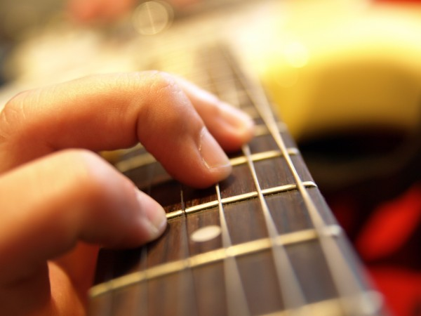 Jak naladit kytaru přes inzernet?